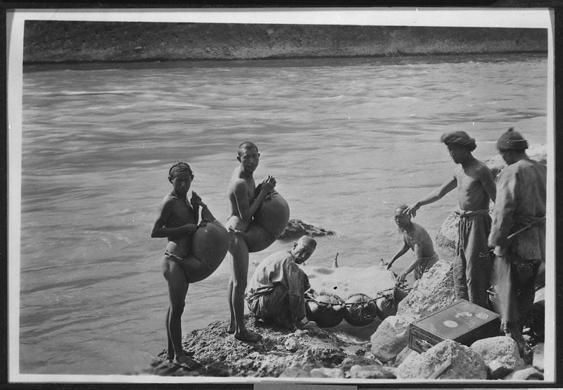 Možje iz ljudstva Naxi pripravljajo splav iz kozjih kož za prevoz čez Rumeno reko.