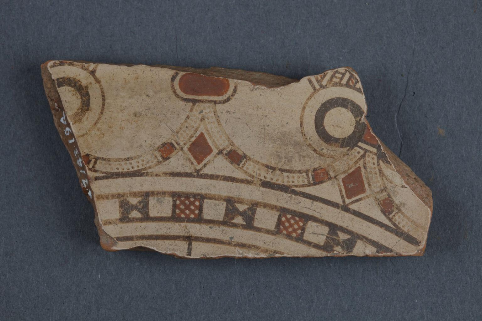 """Ephesos'tan """"Ephesos Malı"""" ayaklı tabağın parçası"""