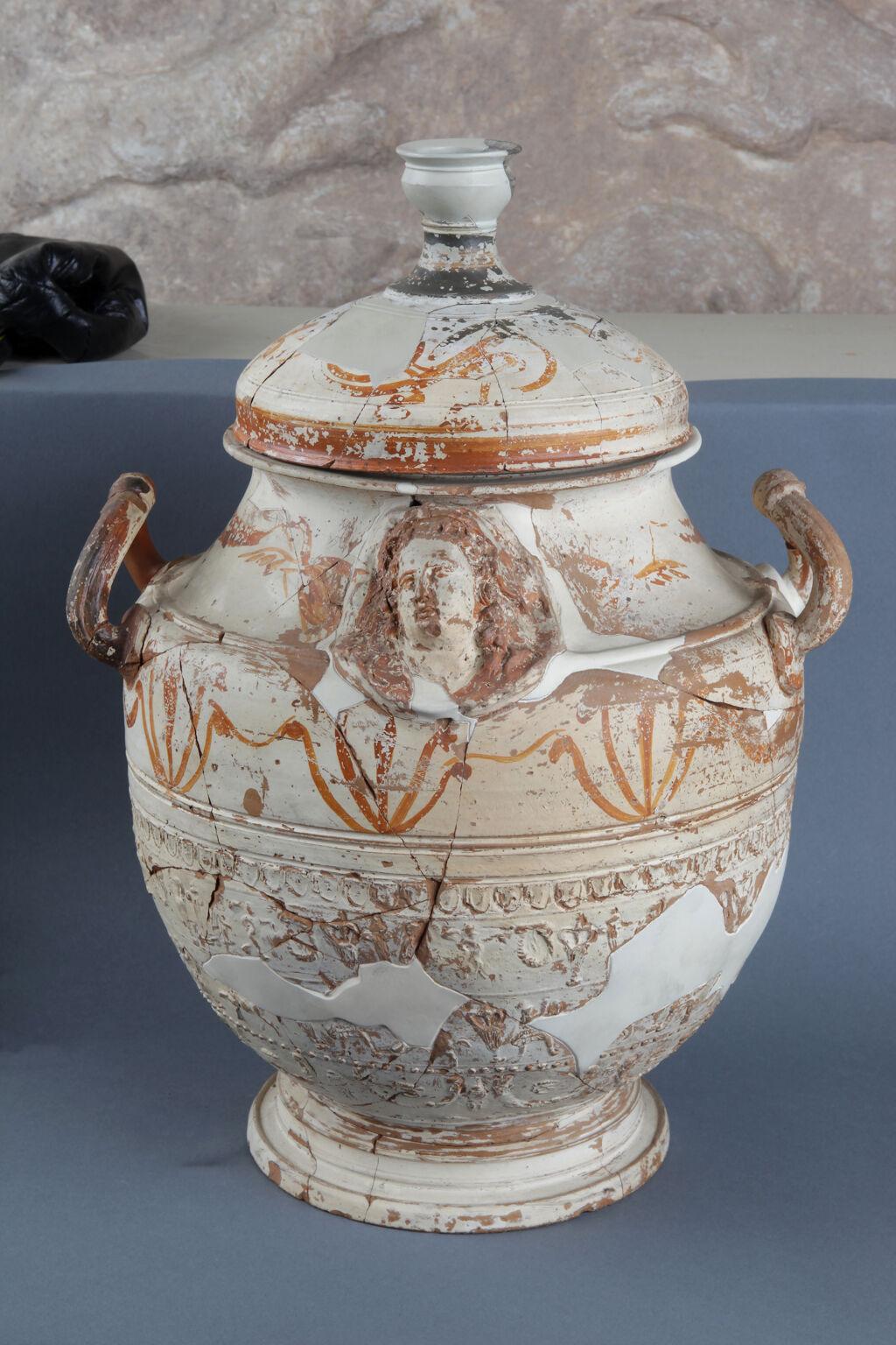 Hellenistik beyaz-astarlı kabartma grubu, kapaklı kap