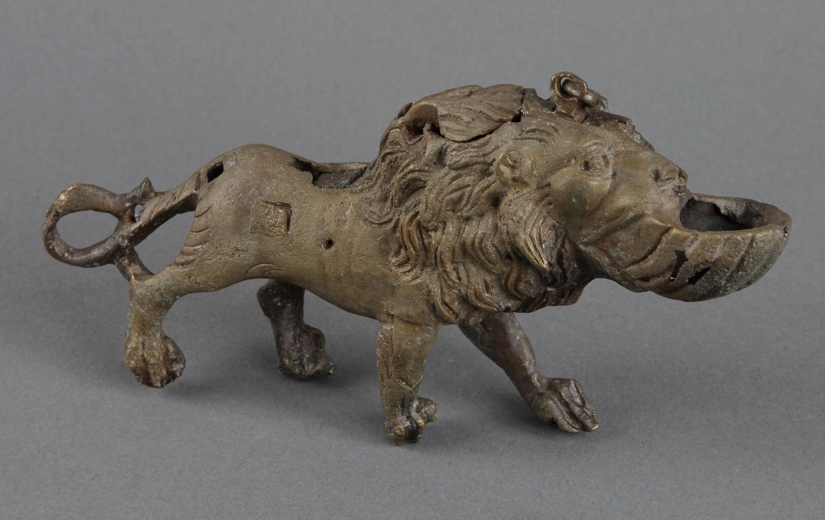 Aslan biçimli bronz kandil