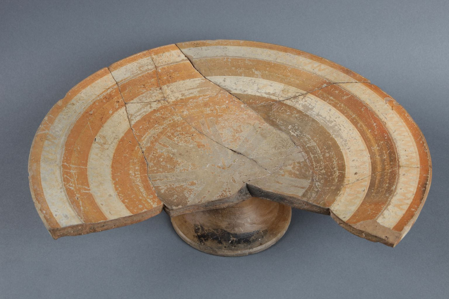 Stemmed dish with painted decoration