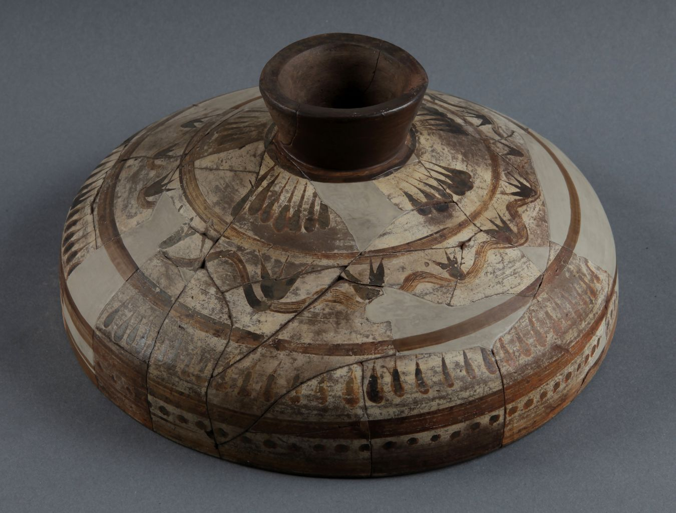 Lid with orientalizing decoration