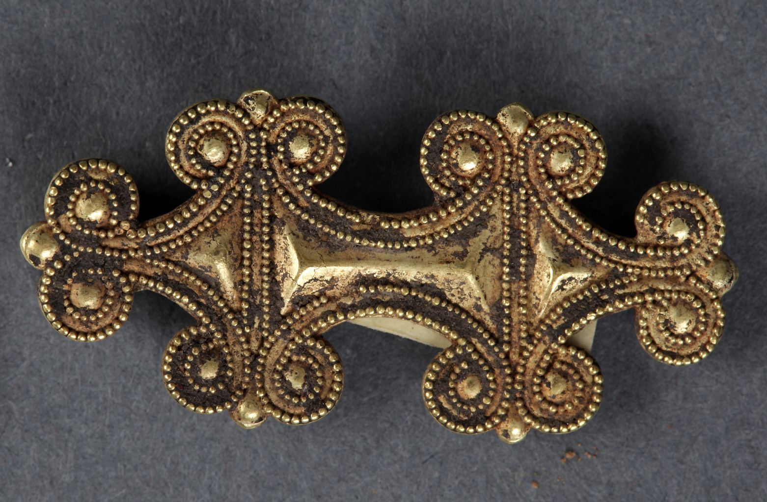 Gold brooch in form of six bow-coils