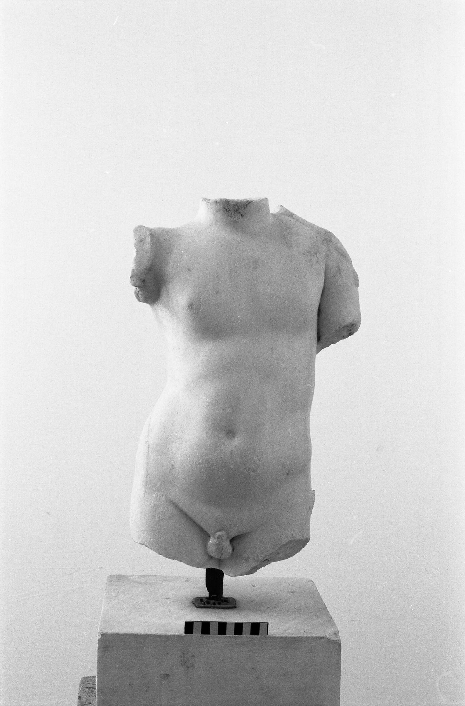 Bir sporcunun gövde mermer heykeli