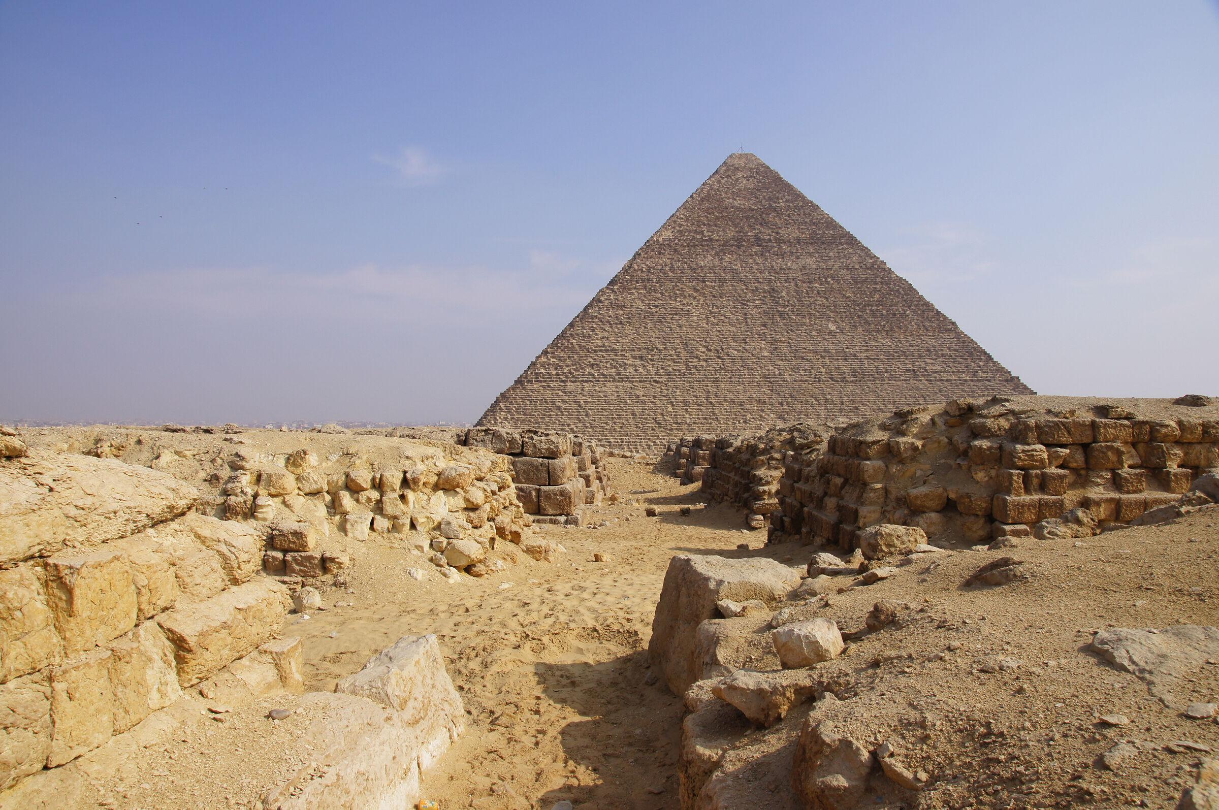 Western Cemetery: Site: Giza; View: G 4150, G 4160, Cemetery G 4000, Khufu Pyramid